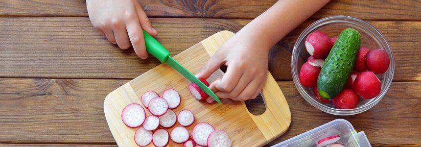enfant-coupe-radis-planche